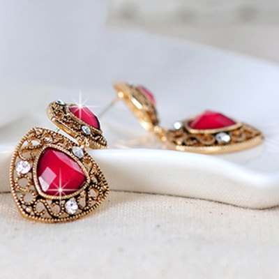 Pair of Vintage Rhinestoned Faux Ruby Drop Earrings For WomenEarrings<br>Pair of Vintage Rhinestoned Faux Ruby Drop Earrings For Women<br><br>Earring Type: Drop Earrings<br>Gender: For Women<br>Style: Classic<br>Shape/Pattern: Others<br>Length: 3.9CM<br>Weight: 0.07KG<br>Package Contents: 1 x Earring(Pair)