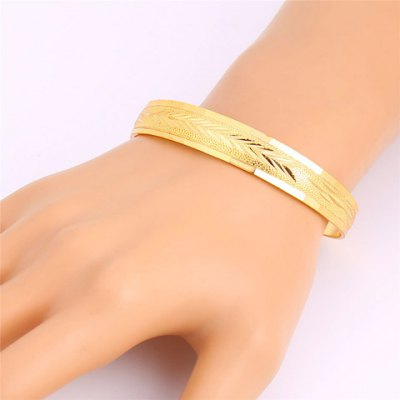 Stylish Solid Color Carving Pattern Bracelet For WomenBracelets &amp; Bangles<br>Stylish Solid Color Carving Pattern Bracelet For Women<br><br>Item Type: Cuff Bracelet<br>Gender: For Women<br>Chain Type: Cable-wire Chain<br>Style: Trendy<br>Shape/Pattern: Solid<br>Length: 6.5CM (Diameter)<br>Weight: 0.06KG<br>Package Contents: 1 x Bracelet