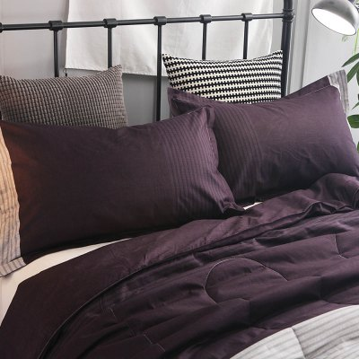 3-piece Bedding Set Purple / Grey / Deep Purple StripesBedding Sets<br>3-piece Bedding Set Purple / Grey / Deep Purple Stripes<br><br>Package Contents: 1 x Filled Air Conditioner Quilt for Summer, 2 x Pillowcase<br>Package size (L x W x H): 30.00 x 20.00 x 15.00 cm / 11.81 x 7.87 x 5.91 inches<br>Package weight: 2.4500 kg<br>Pattern Type: Stripe<br>Product weight: 2.4000 kg<br>Style: Strip / Grid<br>Type: Double